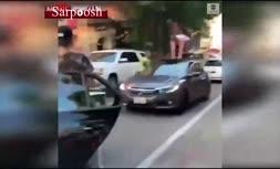 فیلم/ حمله مردی با سانروف ماشین به مامور پارکینگ و مردم