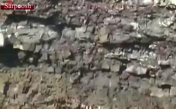 فیلم/ انداختن سنگ از ارتفاع بالا به داخل آتشفشان و فعال کردن گدازه های آن