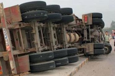تصادف کامیون با مینی بوس,اخبار حوادث,خبرهای حوادث,حوادث