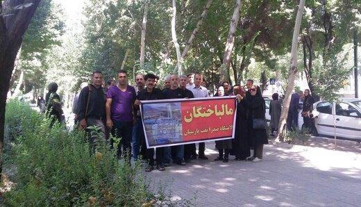 تجمع سهامداران یک پالایشگاه ورشکسته مقابل استانداری اصفهان