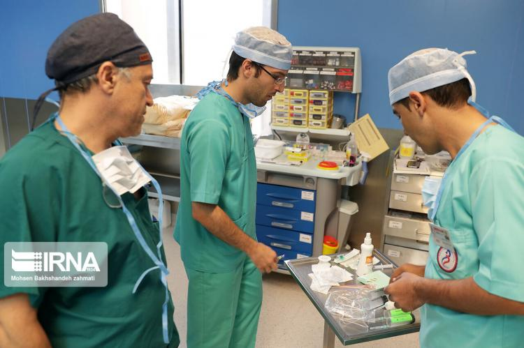 تصاویر نخستین عمل جراحی بدون بیهوشی مغز در مشهد,عکس های عمل جراحی بدون بیهوشی مغز,تصاویر عمل جراحی