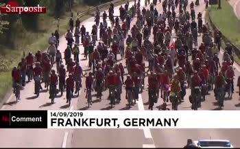 فیلم/ اعتراض حامیان محیط زیست آلمان به عملکرد صنعت خودروسازی این کشور