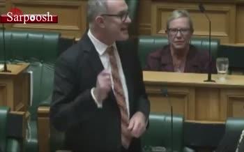 فیلم/ بچه داری رئیس پارلمان نیوزلند در جلسه رسمی!
