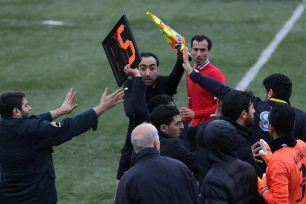 کوبیدن تابلوی تعویض به داور چهارم,اخبار فوتبال,خبرهای فوتبال,حواشی فوتبال