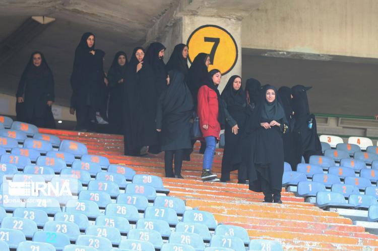 تصاویر حضور بانوان در ورزشگاه آزادی,عکس های بانوان در ورزشگاه آزادی,تصاویر بانوان در آزادی برای دیدار ایران و کامبوج