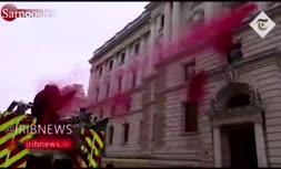فیلم/ پاشیدن آب به رنگ خون بر روی ساختمان دولت انگلیس