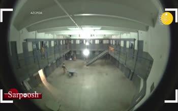 فیلم/ حمله دسته جمعی زندانیها به افسران پلیس