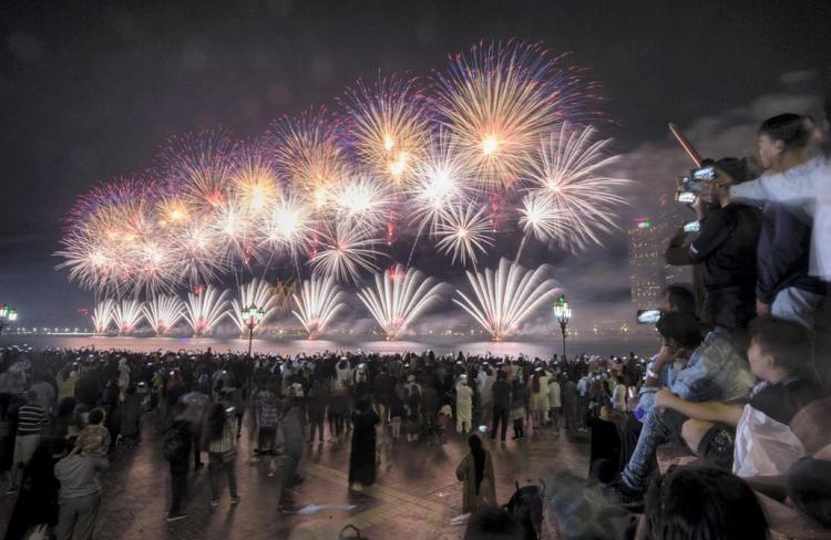 تصاویر مراسم آتش بازی به مناسبت روز ملی امارات در ابوظبی,عکس های آتش بازی در امارات,تصاویر آتش بازی به مناسبت روز ملی امارات