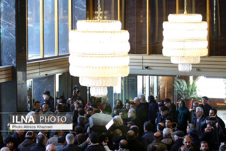 تصاویر مراسم تشییع شهلا ریاحی,عکس های هنرمندان در تشییع شهلا ریاحی,تصاویر مراسم در تالار وحدت
