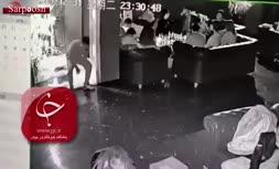 فیلم/ افتادن در آکواریوم ماهی به دلیل صحبت با تلفن همراه