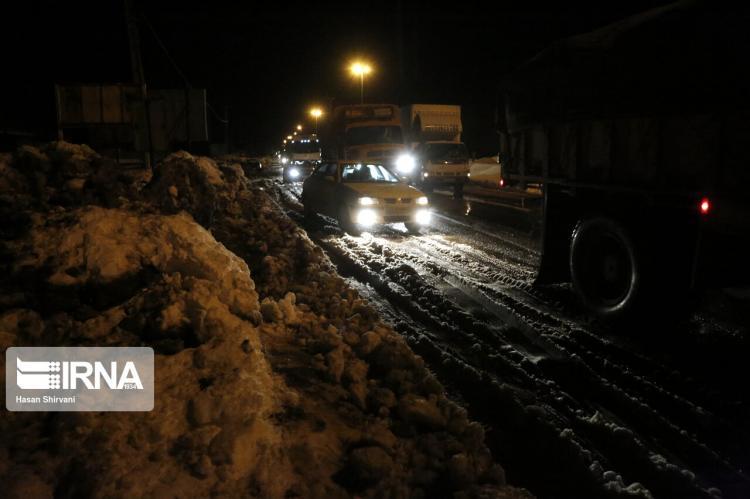 تصاویر ترافیک سنگین در جادههای برفی گیلان,عکس های جاده های گیلان,تصاویر بارش برف در گیلان