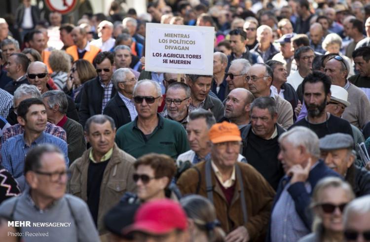 تصاویر اعتراض کشاورزان با تراکتور در اسپانیا,عکس های اعتراض کشاورزان با تراکتور در اسپانیا,تصاویر کشاورزان اسپانیایی