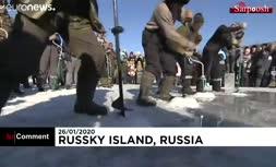 فیلم/ جشنواره ماهیگیری از دریاچه یخزده در روسیه