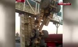 فیلم/ تصادف عجیب کامیون با پل عابر پیاده در اصفهان