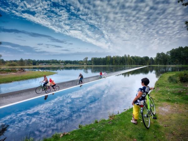 دوچرخه سواری در یک برکه,اخبار جالب,خبرهای جالب,خواندنی ها و دیدنی ها