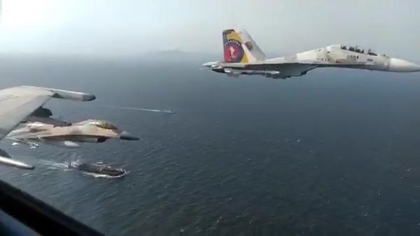 پرواز جنگنده های ونزوئلایی بر فراز نفتکش های ایرانی/ عکس یادگاری کنار نفتکش «فورچون»
