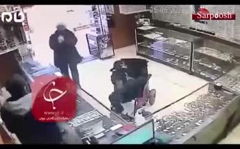 فیلم/ سرقت مسلحانه فرد معلول از جواهرفروشی
