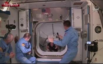 فیلم/ لحظهی ورود ۲ فضانورد ناسا از فضاپیمای Dragon به ایستگاه فضایی