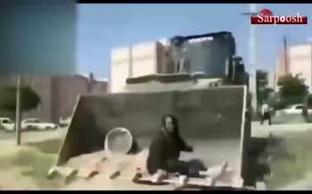فیلم/ مقاومت یک زن در برابر تخریب خانه توسط ماموران شهرداری کرمانشاه