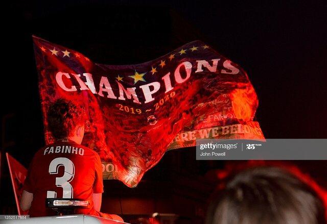 تصاویر جشن هواداران لیورپول در خیابان پس از قهرمانی در لیگ انگلیس,عکس های جشن خیابانی هواداران لیورپول,تصاویری از جشن طرفداران لیورپول در خیابان
