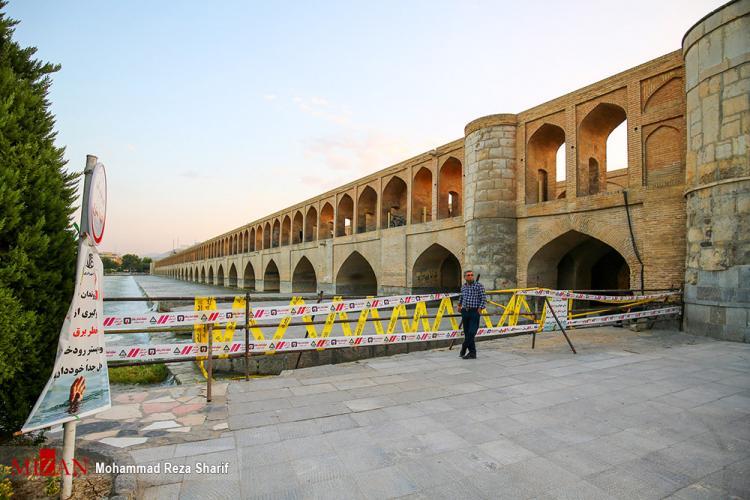 تصاویر مسدود کردن قسمتهایی از سی و سه پل اصفهان,عکس هایی از مسدود شدن سی و سه پل,تصاویر عدم اجازه ورود به دهانه های پایینی سی و سه پل