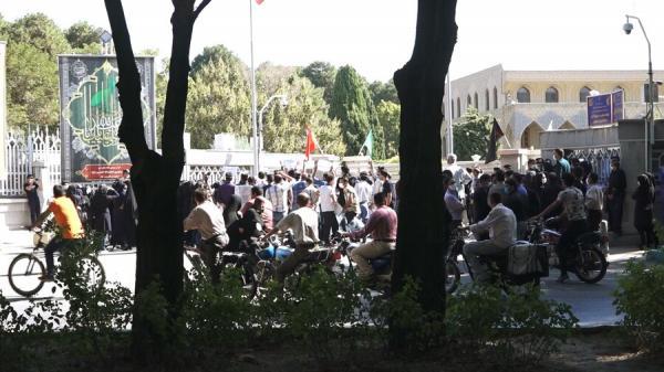 پرستاران اصفهانی مقابل استانداری تجمع کردند/ ۱۷۲ بیمار مبتلا به کرونا در اصفهان در شرایط حاد قرار دارند