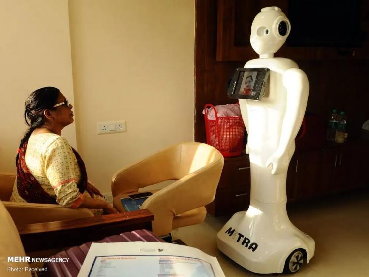 تصاویر استفاده از رباتها برای مقابله با کرونا,عکس های ربات ها در بیمارستان ها,تصاویری از حضور ربات ها در بیمارستان ها
