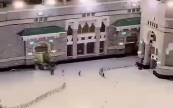 فیلم/ حادثه در مکه؛ برخورد خودرو با درب مسجدالحرام!