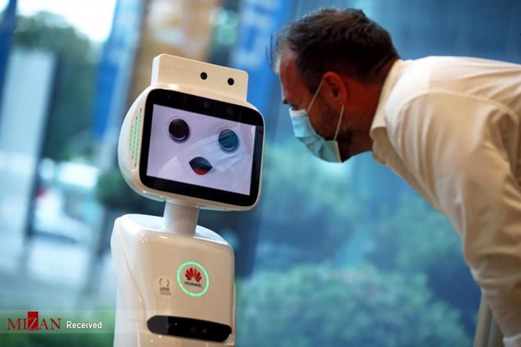 تصاویر دخالت ربات ها در درمان بیماران کرونا,تصاویر ربات ها در کنار بیماران کرونا,عکس های نقش ربات ها در بهبود بیماران کرونا