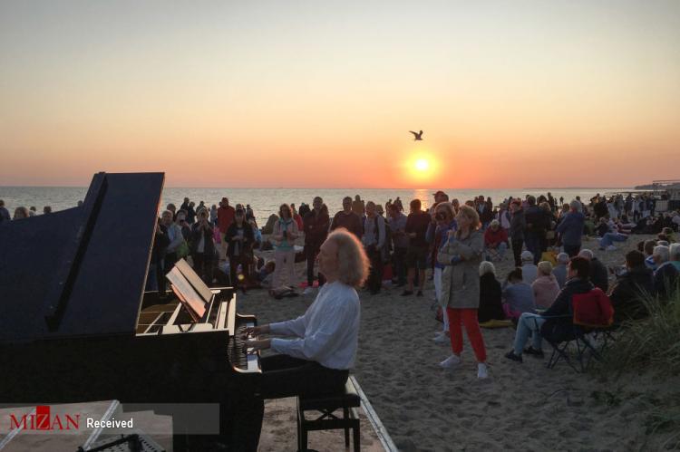 تصاویر عجیبترین هنرنمایی پیانیستها,عکس های پیانیست ها,تصاویری از پیانیست های جهان