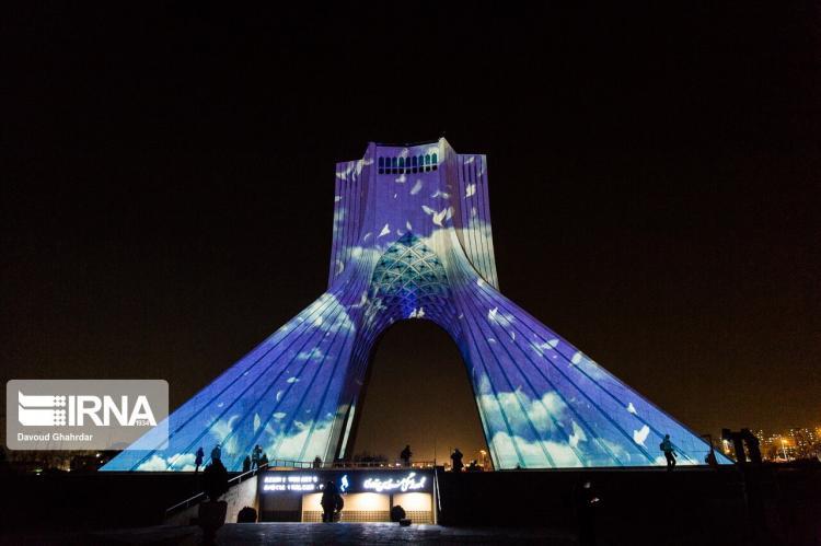 تصاویر نورپردازی برج آزادی به یاد جانباختگان هواپیمای اوکراینی,تصاویری از نورپردازی برج آزادی,تصاویری از برج آزادی در شب سالگرد جانباختگان هواپیمای اوکراینی