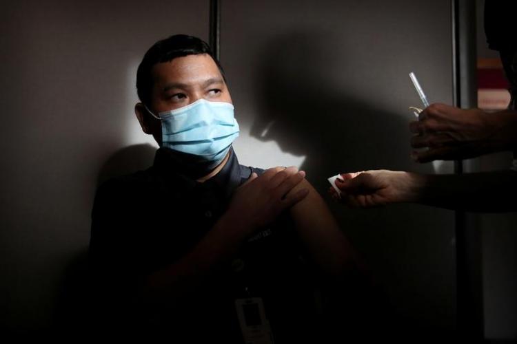 تصاویر آغاز واکسیناسیون کرونا در کشورهای جهان,عکس های تزریق واکسن در کشورهای جهان,تصاویر واکسن کرونا زدن مردم جهان