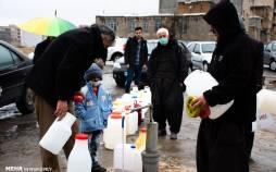 تصاویر صف طولانی مردم سنندج برای تهیه آب شرب سالم,عکس های تهیه آب در سنندج,تصاویر صف آب در سنندج