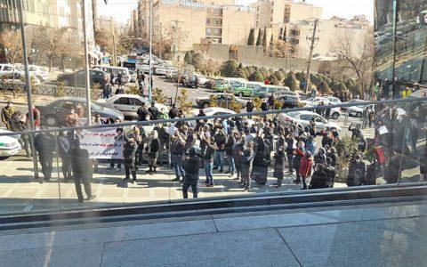 تجمع سهامداران مقابل ساختمان بور,عکس تجمع سهامداران مقابل ساختمان بورس