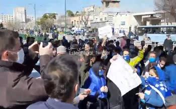 فیلم | شعار هواداران استقلال علیه وزیر ورزش و خلیل زاده مقابل مجلس