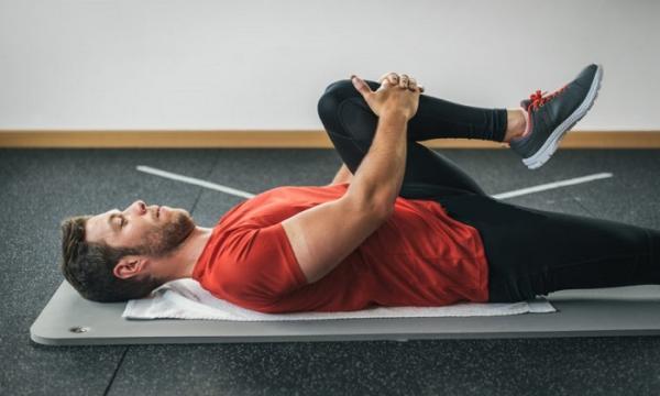 بهترین تمرینات کششی برای کمردرد,تمرینات کششی,راه های درمان کمردرد,کشش چرخشی کمر,تمرین زانو به سینه