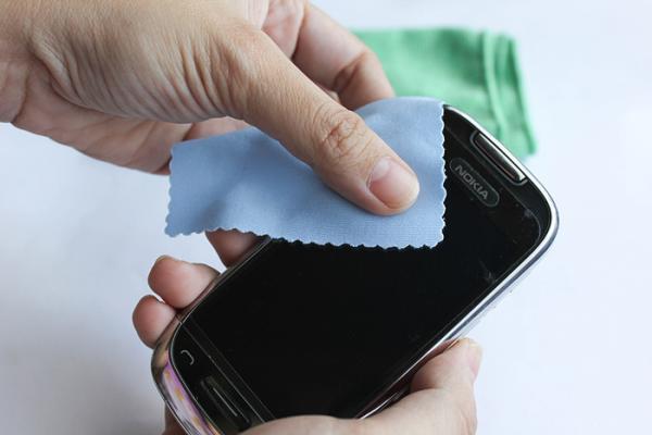 راهکارهای تمیزکردن صفحه نمایش گوشی,صفحه نمایش گوشی,گوشیهای هوشمند,پاککردن صفحهنمایش,دستمال کاغذی,شیشهپاککن
