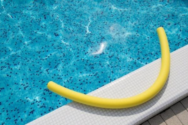 بیماری های شایع در استخرهای شنا,استخرهای شنا,آب آلوده ی استخرها,انگل کریپتو,بیماری گوش شناگران