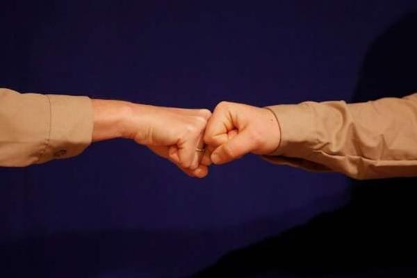 مشت زدن به جای دست دادن در شرایط کرونا,مشت زدن در روزهای کرونایی,روش های مطمئن برای جلوگیری از شیوع کرونا