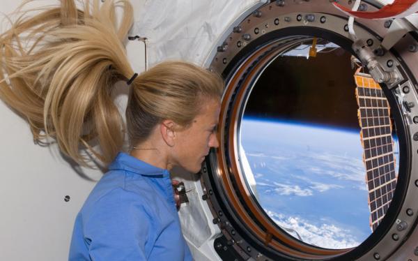 اتفاقات فضا برای بدن انسان,ایستگاه فضایی بین المللی,احساس کسالت درفضا,تغییر وضعیت مایعات بدن انسان,تاثیر فضا بر قد انسان