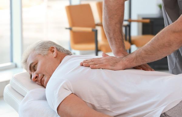 ماساژ درمانی با سنگ,ماساژ درمانی,ماساژ درمانی کف پا