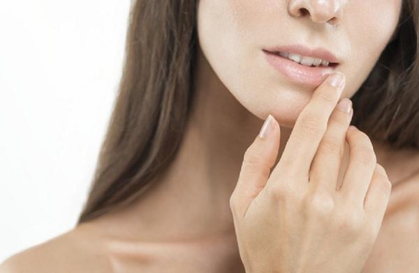 راهکارهای درمان تورم لب,تورم لب,بررسی علل تورم لب ها,لب های آفتاب زده,تورم لب ها به دلیل عفونت
