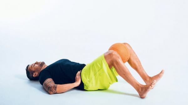 درمان پاهای پرانتزی با ورزش یوگا,درمان پاهای پرانتزی با ورزش,غلتک برای درمان پاهای پرانتزی