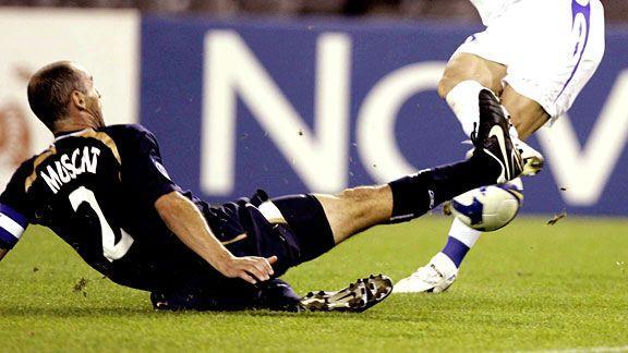 تکل,انواع تكل در فوتبال,تکل از مقابل با استفاده از درون پا